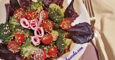 Ensalada de brócoli y lechuga roja