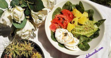 Ensalada de espinacas, aguacate y piña